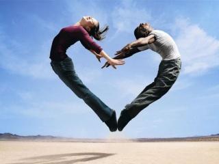 Sevgiliyle Zıplayıp Kalp İşareti Yapmak