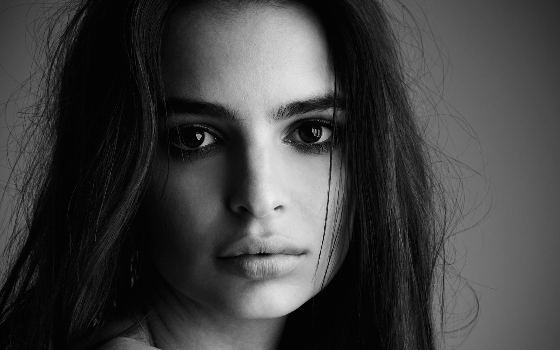 Всяческие красивые девушки, причем фактически только лица. Первое