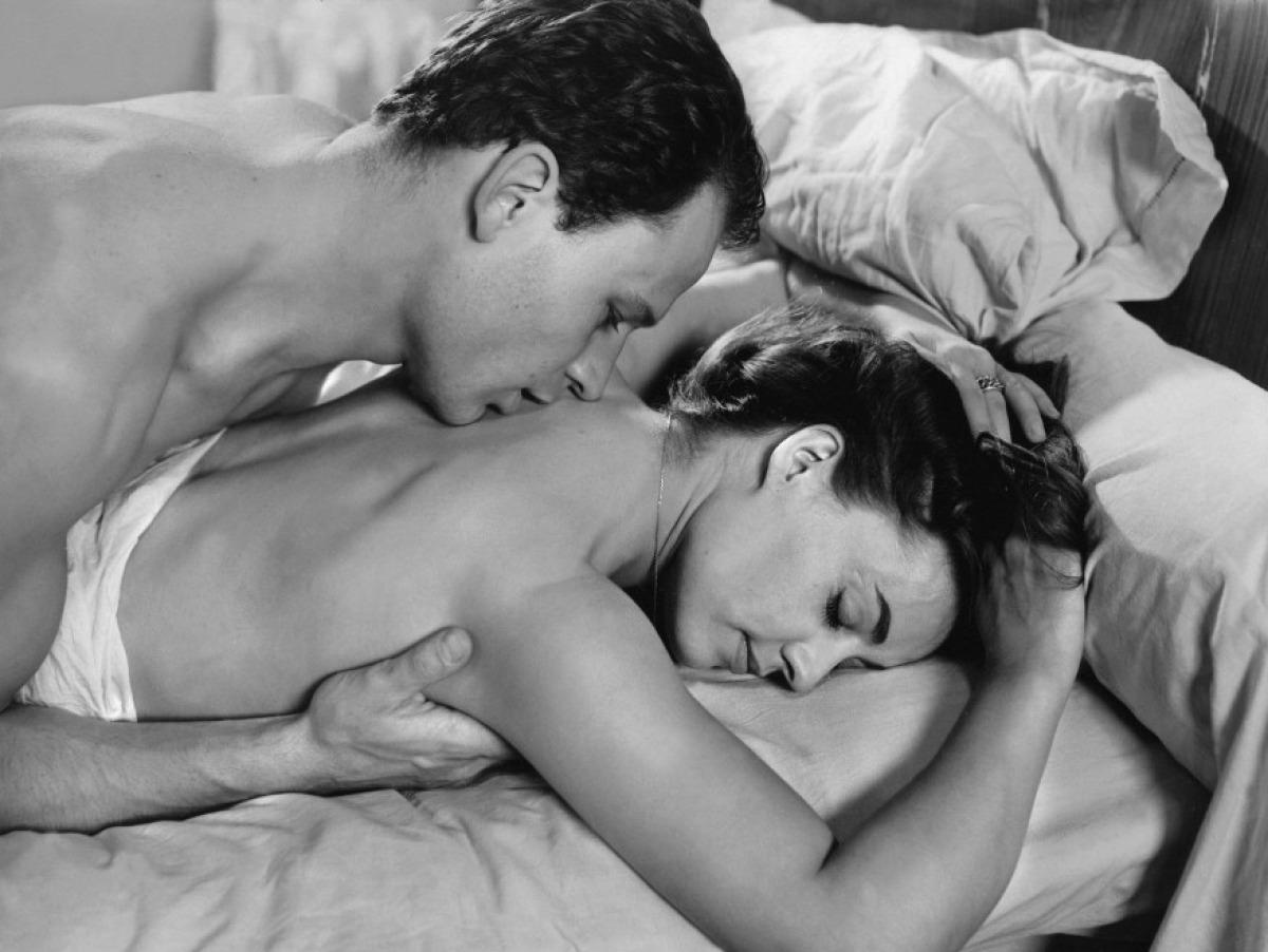 Секс на кровате с мужем 11 фотография